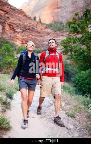Wanderer zu Fuß auf Fußweg gegen Berg - Stockfoto