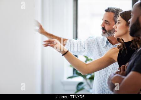 Multi-ethnischen Kollegen weg schauen und zeigen bei der Diskussion im Board Room - Stockfoto