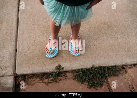 Low-Feld der Mädchen mit flip-flops beim Stehen auf Fußweg - Stockfoto