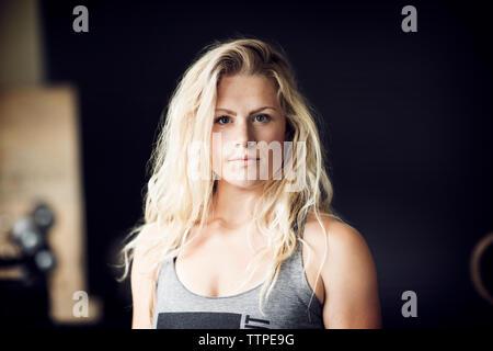 Portrait von zuversichtlich Sportlerin in der Turnhalle - Stockfoto