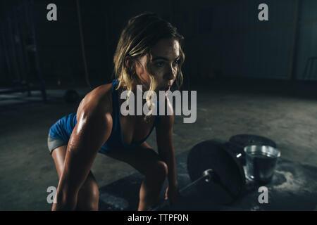 Zuversichtlich weiblichen Athleten anheben Barbell in der Turnhalle - Stockfoto