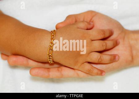 Die Mutter von Hand die Hand des Babys - Stockfoto