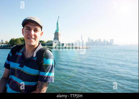 Portrait von Mann gegen die Freiheitsstatue - Stockfoto