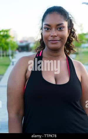 Portrait von zuversichtlich Sportlerin stehen im Park - Stockfoto