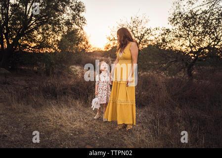 Junge Mädchen, dass Mütter, während Sie in Kalifornien - Stockfoto