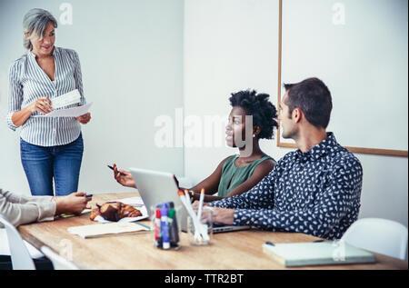 Multi-ethnischen Geschäft Leute diskutieren im Board Room - Stockfoto