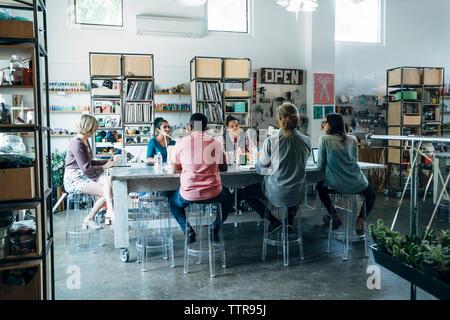 Business Leute, die Diskussion während der Tagung und Konferenz Tisch sitzen - Stockfoto