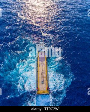 Hohe Betrachtungswinkel von Container schiff im Meer - Stockfoto