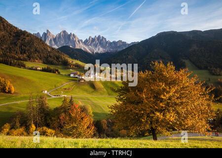 Landschaft sonnige Herbst Blick auf die St. Magdalena, Santa Maddalena im Nationalpark Puez Geisler oder Geisler gipfeln. Dolomiten, Südtirol. Italien, - Stockfoto