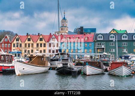 Fischerboote im Hafen von bunten Gebäude, Torshavn, Streymoy Island, Färöer, Dänemark umgeben - Stockfoto