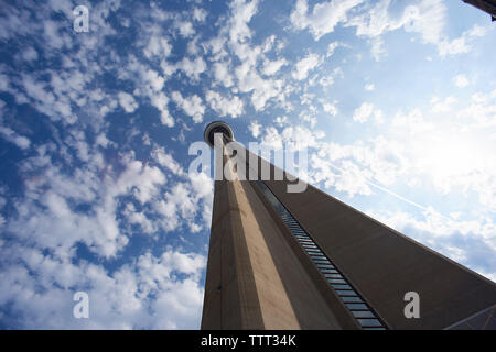 Low Angle View der CN Tower gegen bewölkter Himmel während der sonnigen Tag Stockfoto