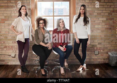 Portrait von zuversichtlich Geschäftsfrauen in kreative Büro - Stockfoto