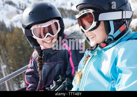 Schwestern genießen Skilift fahren - Stockfoto