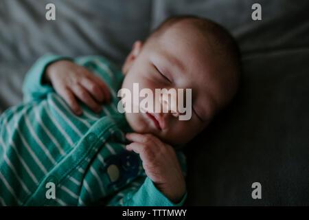 Hohen Winkel close-up Baby schlafend auf dem Bett zu Hause. - Stockfoto