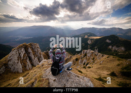 Rückansicht des Menschen fotografieren Berge gegen Sky - Stockfoto