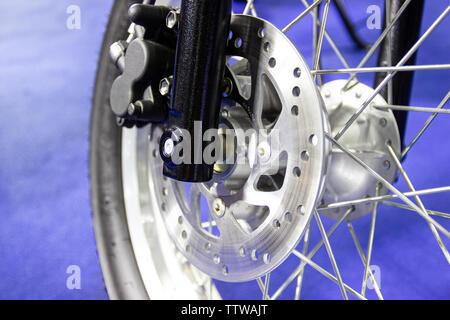 Nahaufnahme - Speichen und Bremsscheibe Motorrad - Stockfoto
