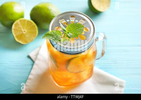 Glas Glas Eistee mit Kalk Schichten und Minze auf Serviette, Nahaufnahme - Stockfoto