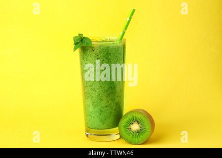Glas des köstlichen kiwi Milch Shake auf gelbem Hintergrund - Stockfoto