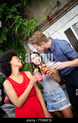 Junge Freunde, eine tolle Zeit zusammen. Gruppe von Menschen reden und lächelnd. - Stockfoto