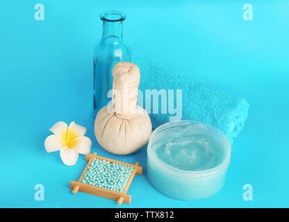 Spa-Konzept. Kosmetische Produkte und exotische Blume auf blauem Hintergrund - Stockfoto