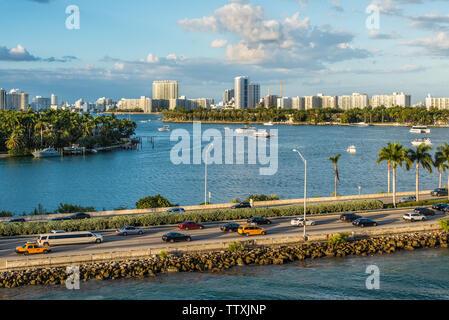Miami, FL, Vereinigte Staaten - 20 April, 2019: Blick auf den MacArthur Causeway und die Inseln von Palm & Stern an der Biscayne Bay in Miami, Florida, United States - Stockfoto