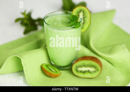 Glas kiwi Smoothie auf grün Serviette - Stockfoto