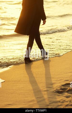 Junge Frau am Strand - Stockfoto