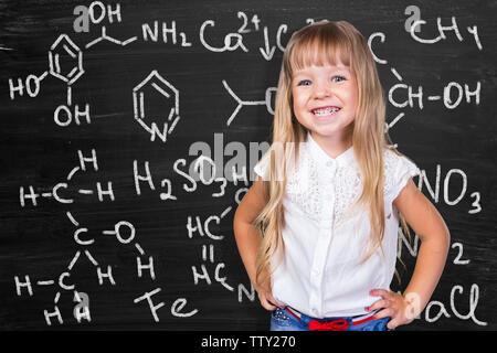 Zurück zum Konzept der Schule. Kleines Schulmädchen portrait - Stockfoto