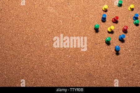 Cork board mit farbigen Stiften auf es - Stockfoto