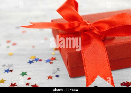 Geburtstag Geschenk und bunte Konfetti auf hölzernen Hintergrund - Stockfoto