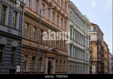 Farbenfrohes Apartment Blocks in Zizkov, Prag, die Tschechische Republik. - Stockfoto
