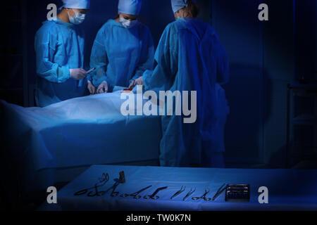 Satz von medizinischen Instrumenten auf Tabelle der Zimmer - Stockfoto