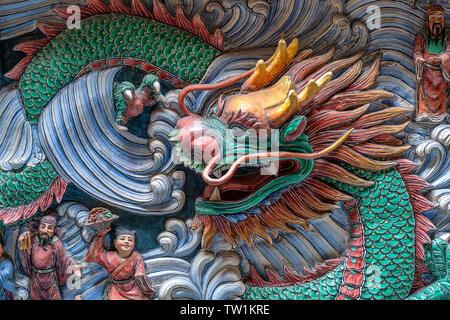 Detail eines Drachen Statue auf einer Wand in einem chinesischen Tempel in Singapur, in der Nähe von - Stockfoto
