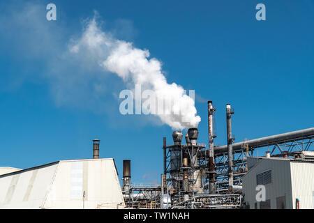 Austritt von Rauch aus factory Leitungen am blauen Himmel - Stockfoto