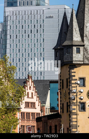 Skyline von Frankfurt am Main, Wolkenkratzer, Gebäude, Kontraste, Jumeirah Hotel, Giebel faade auf der Ršmer, schiefer Turm der Saalhof, Renten-Zoll-Turm - Stockfoto