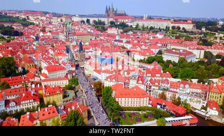 Luftbild von Prag, tschechische Republik, an einem schönen Sommer über der Stadt, inklusive der Karlsbrücke und der Prager einer Gemeinde - Stockfoto
