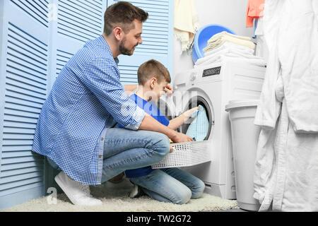 Vater und Sohn Wäsche zu Hause - Stockfoto