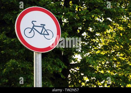 Straße Verbotsschild Radfahren im Park auf grüner Baum Hintergrund - Stockfoto