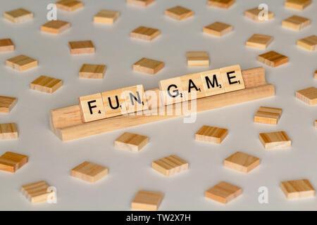 """Scrabble Spiel Holz Fliesen Schreibweise """"Fun Game"""" - Stockfoto"""