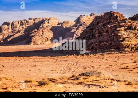 Die dramatische Gebirgslandschaft der jordanischen Wüste im Wadi Rum oder das Tal des Mondes. - Stockfoto