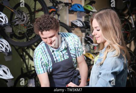 Junges Paar im Fahrrad Shop - Stockfoto