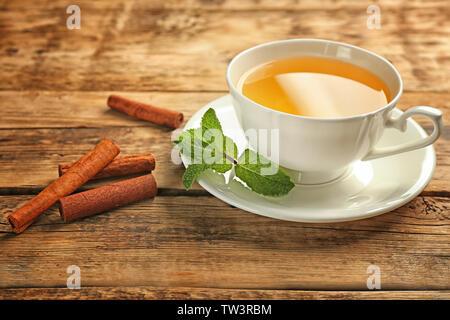 Schöne Komposition mit Tasse zimt Tee auf hölzernen Tisch - Stockfoto