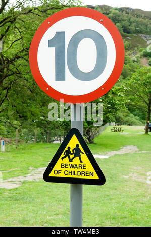 Zeichen, die Fahrer von Kindern, die auf der Straße mit einem über 10 km Höchstgeschwindigkeit Zeichen sein könnte. - Stockfoto