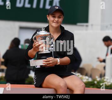 Paris Frankreich French Open Championships Roland Garros Tag 14 08/06/2019 von Ashleigh Barty (AUS) mit Suzanne Lenglen Trophäe, nachdem sie gewinnt Damen Einzel