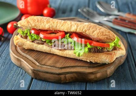 Lecker Steak Sandwich auf Tisch - Stockfoto