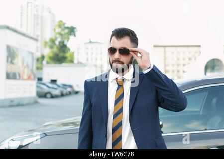 Stattliche erfolgreicher Geschäftsmann im eleganten Anzug im Freien - Stockfoto