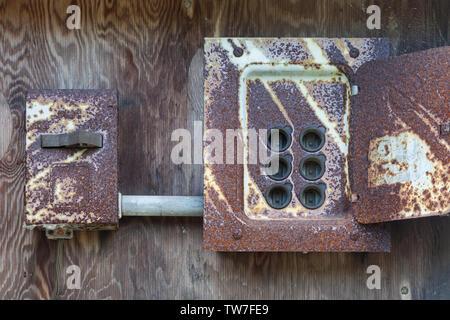 Rost und freigelegten ehemaligen elektrischen Sicherungstafel auf einem denkmalgeschützten Gebäude im Britannia Werft in Steveston British Columbia - Stockfoto