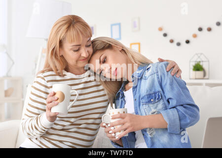 Reife Frau und ihr trauriges Tochter Kaffee trinken zu Hause - Stockfoto