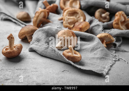 Raw Shiitake Pilze auf dem Tisch, Nahaufnahme - Stockfoto