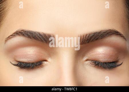 Junge Frau mit schönen Augenbrauen, Nahaufnahme - Stockfoto
